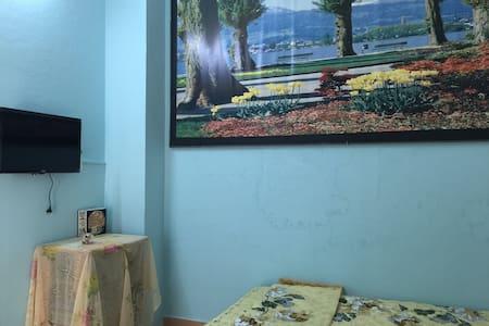 Beautiful rooms near downtown - Ház