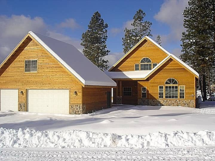 Evergreen Lodge w/Studio Apartment-Exceptional Cabin in Roslyn Ridge! Private Sports Court & Hot Tub | Pool