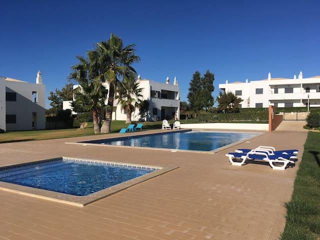 Apart (M) near the beach with pool SALGADOS AREA - Pêra - Leilighet