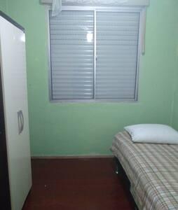 Alugo quarto de solteiro mobiliado.