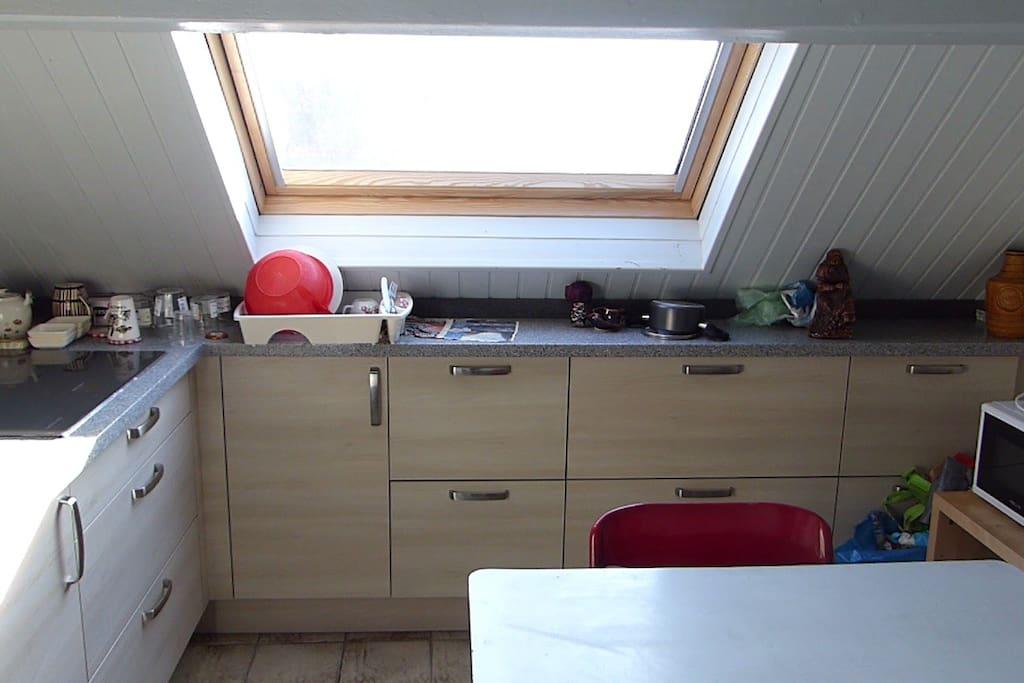 plaques à induction, tiroirs de rangement, lumière!