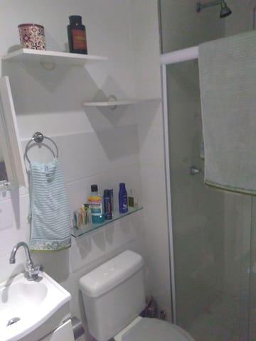 Banheiro com :  Chuveiro a gás
