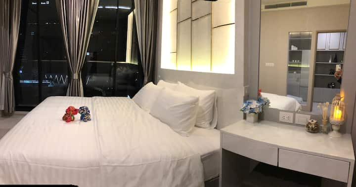 The Best Condo in Ploenchit Area. *FREE PICK UP*