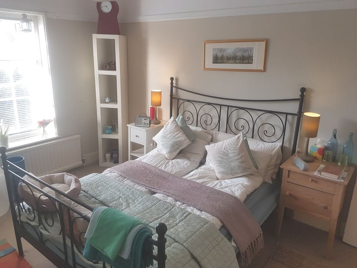 A warm, quiet large double room near UNESCO w.h.s.