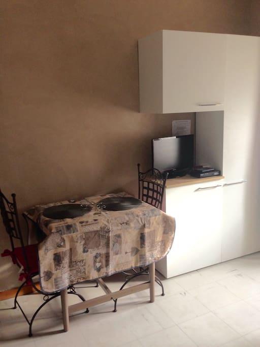 espace Tv avec rangement pour le linge. Table pouvant accueillir 2 à 4 convivesu