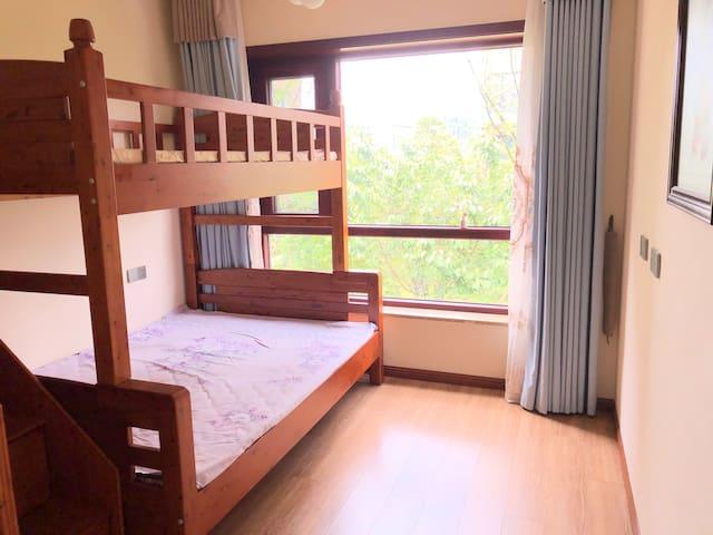 房间是上下床,上床一米三宽,下床一米五宽,能容纳2至4人入住。