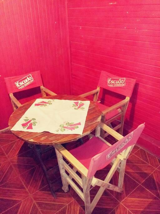 mesa y silla, para los turistas.