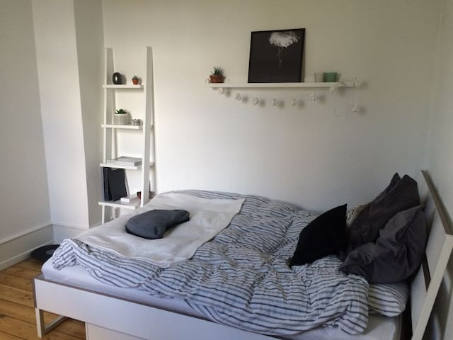 Quiet light room with garden view - Copenhague - Departamento