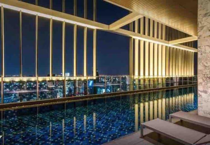 8Min BTS Luxury 5 Star Condo & Rooftop+Sky Pool+中文