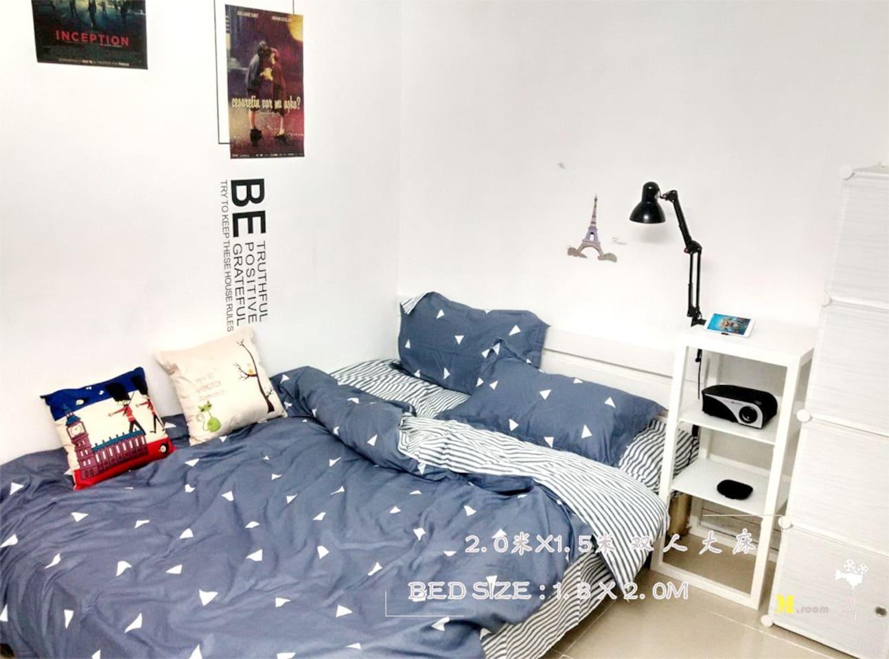 房间配有小米电视盒子和投影机方便看电影电视