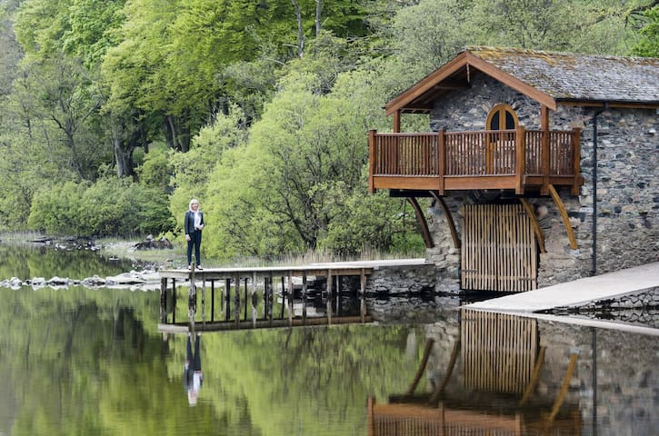 ULLSWATER BOATHOUSE DUKE OF PORTLAND, romantic cottage on the shore of Lake Ullswater