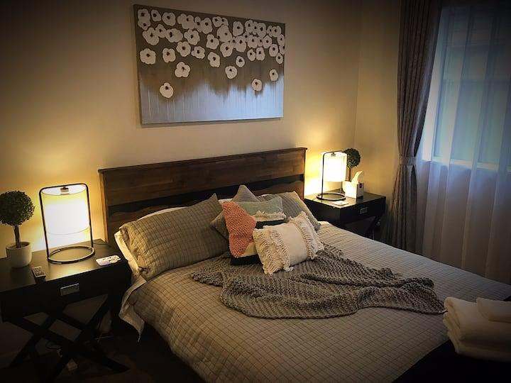 Deluxe Bedroom L6 | Queen Bed & Shared Bathroom