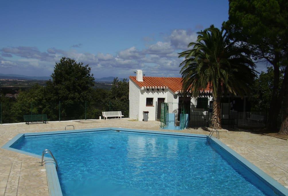 Accès libre à la piscine privative du domaine (à quelques centaines de mètres de la maison)