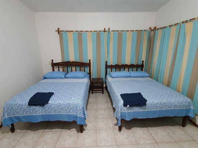 Cuarto 4: Dos camas matrimoniales, ventiladores y baño completo dentro.