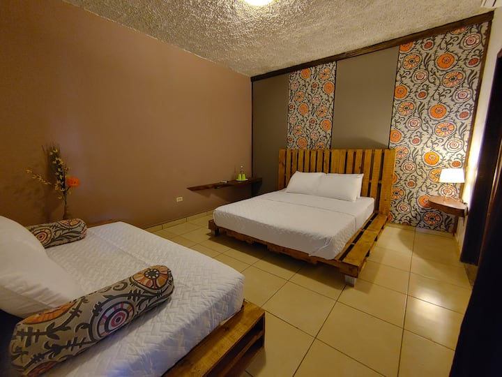 Queen Bedroom with private bathroom @ Zona Hostel