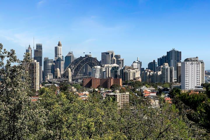 BENT6 - Spacious w/ Panoramic Sydney Harbour Views