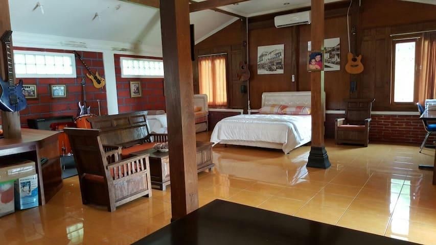 Joglo Ndeso's Studio House - 30 mins to Borobudur - Muntilan - Дом