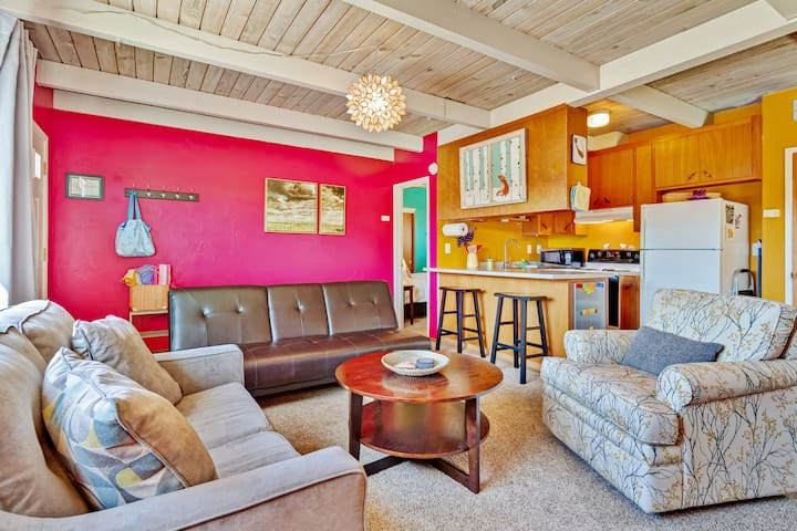 Fun, colorful, family-friendly getaway near playground and the beach!