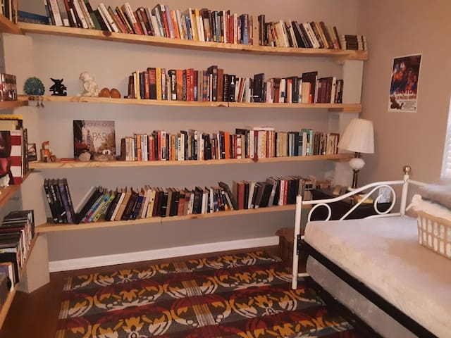 The Library: Single Room in Lovely Home