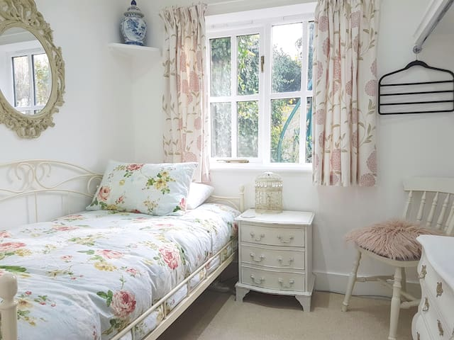 Single Room in Pretty Cottage with Private WC