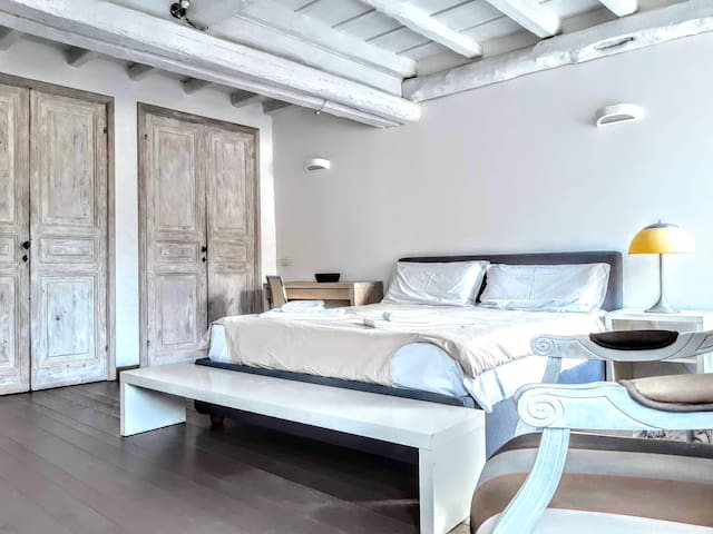 The studio is very light and charm, equipped with a queen bed