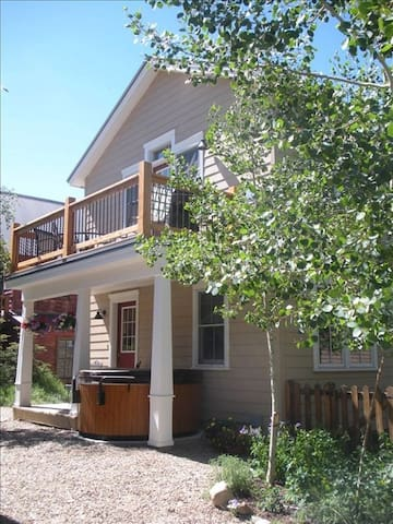 The Grand Escape - Great Duplex on Elk. Private hot tub!  2 1/2 blocks to shuttle. - Crested Butte - Casa