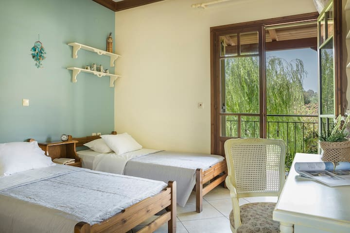 Best Kefalonia villas: 3 bedroom villa -  charming traditional Greek house with amazing . First floor: 2 bedrooms offer 2 single beds