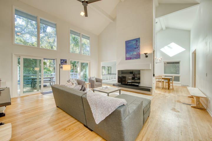 Contemporary, family-friendly home w/ free WiFi, central A/C, & a furnished deck
