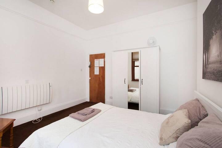 R6 Large Double Bedroom Det House Secure Parking