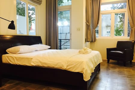 Spacious Rustic room w/ balcony and city view - Ho Chi Minh - Bed & Breakfast