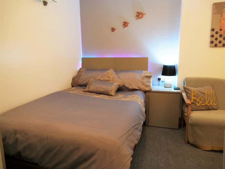 Entire Apartment, 8-10 mins walk to Piccadilly Stn