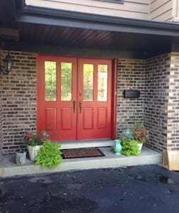 Private room and bath on Metra line near O'Hare - Glenview - Rumah
