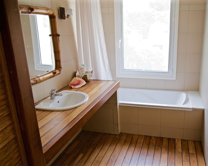 Salle de bains séparant deux chambres.