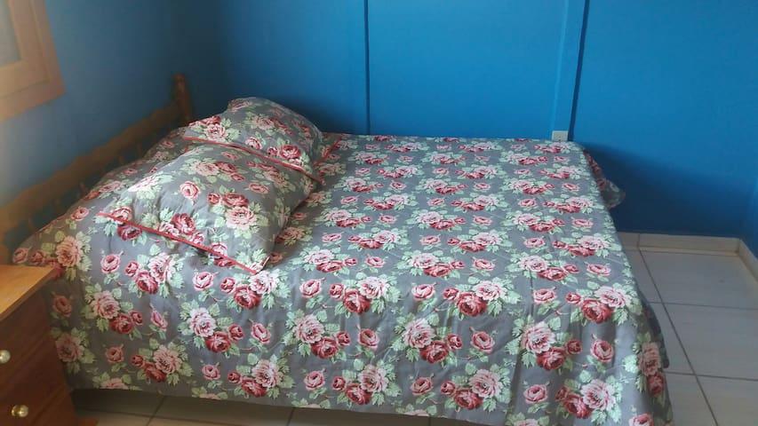 Quarto com cama de casal...