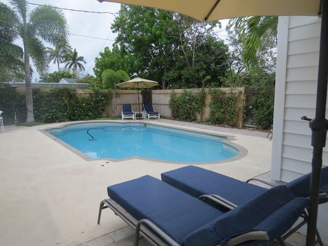 COTTAGE  SWIMMING POOL CLOSE TO LAKE WORTH BEACH