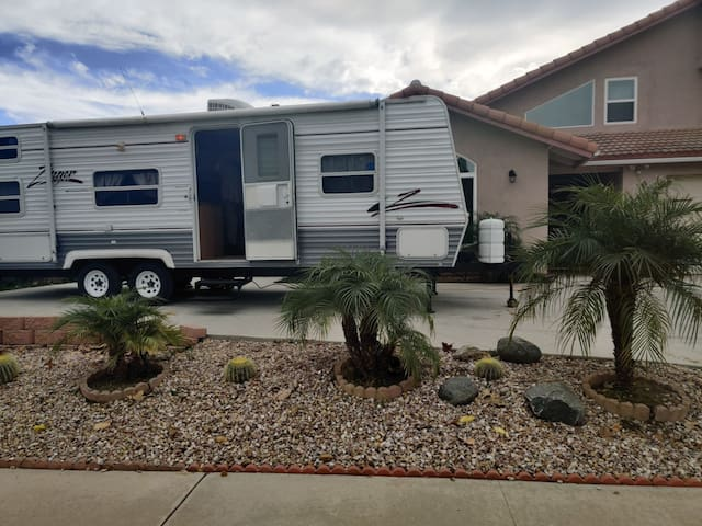 Beautiful out door living in R V camper for 2+2
