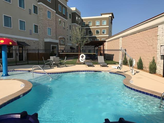 King Studio w/ Free Breakfast Buffet & Pool Access Included!