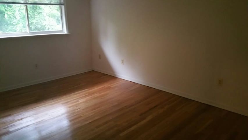single bedroom with a full bath - Owings Mills - Casa