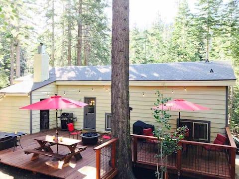 Spacious Cabin 8min to ski with beach & hot tub!