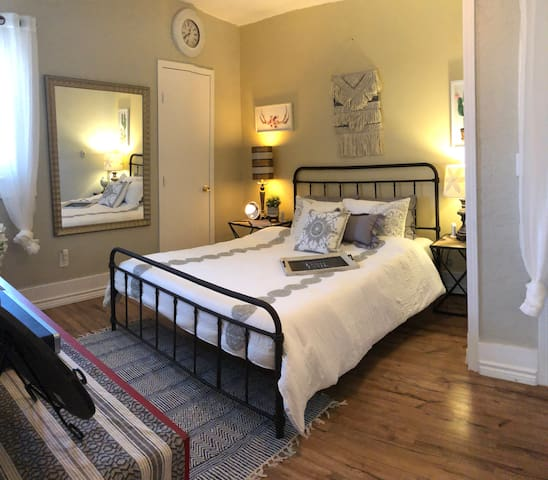 Charming Private Bedroom -Centrally Located