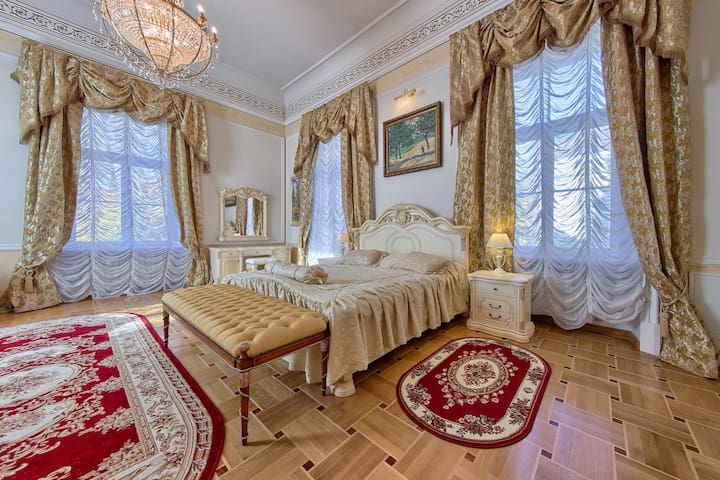 Gold luxe in Palace Elizavetino