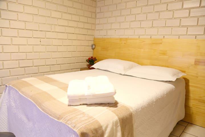 Quarto 2 - Com cama de casal e   possibilidade de colocar um colchão no chão. Ar condicionado e banheiro amplo. Comporta no máximo 4 pessoas