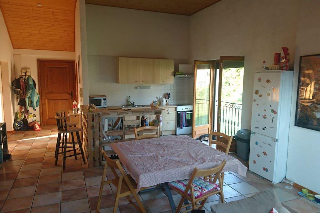 Une vue d'ensemble du salon et de la cuisine toute équipée que vous pourrez utiliser.