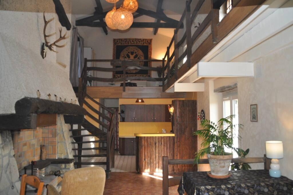 cuisine, cheminée, salon sur mezzanine