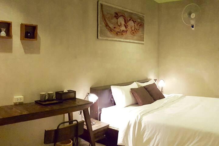Rm 11: King Bed, b/w Nite Bazaar & Old City