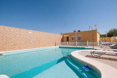 Casa de campo en un ambiente tranquilo con piscina