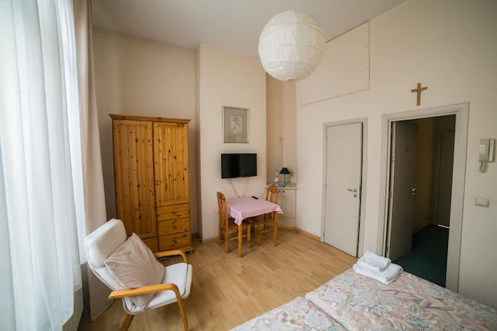 6  Rooms close to Midi Station.