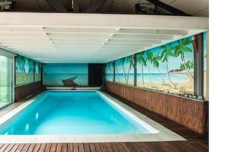 Spacieuse maison standing avec piscine intérieure - Chazé-sur-Argos - Ev