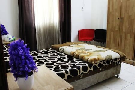 Queen bed with WIFI  & Free Breakfast