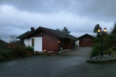 Leilighet i underetasjen i villa - Florvåg - Huoneisto